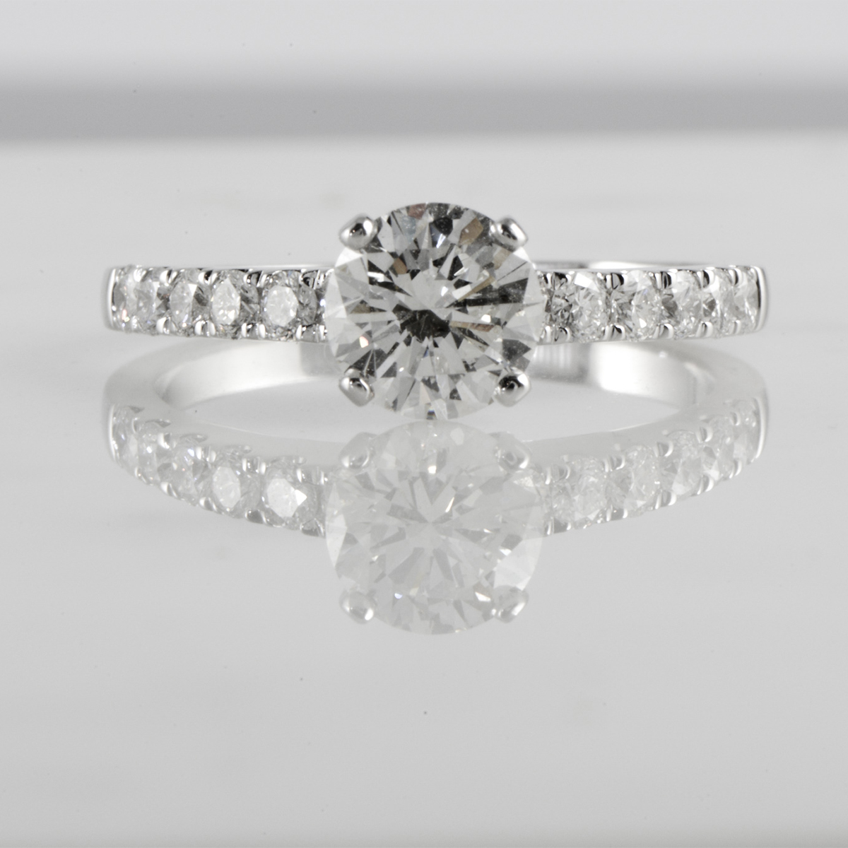 https://milldiamonds.com/wp-content/uploads/2020/05/1200x1200px-bunte-1witgoud-huiscollectie-solitair-met-diamant.jpeg